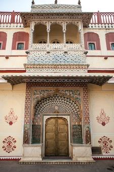 Portão no palácio da cidade de jaipur, rajastão, índia