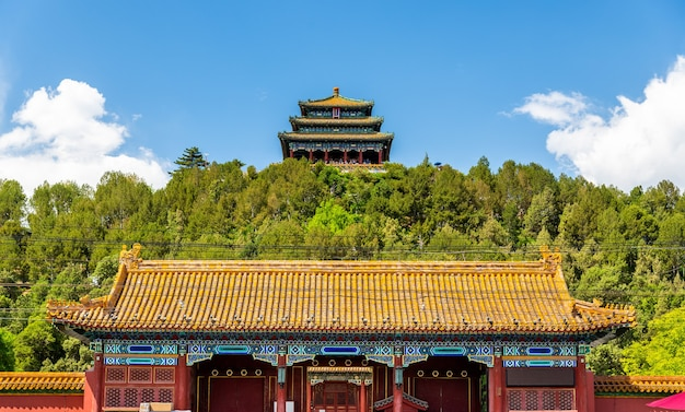Portão norte e pavilhão wanchun no parque jingshan - pequim, china