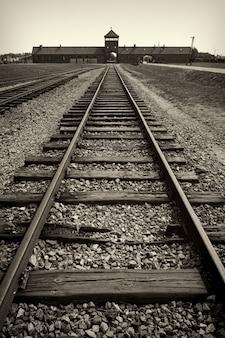 Portão principal e ferrovia para o campo de concentração nazista de auschwitz birkenau