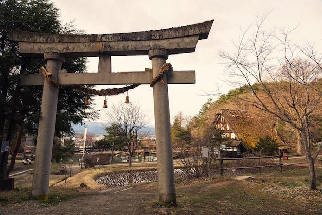 Portão torii e casa velha, hida no sato