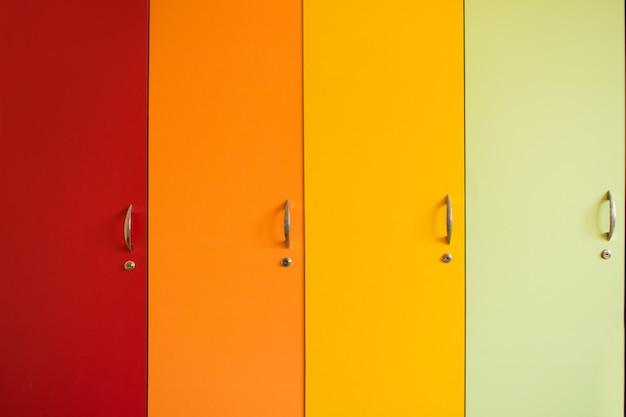 Portas brilhantes coloridas de armários