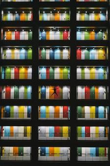 Portas coloridas de um apartamento