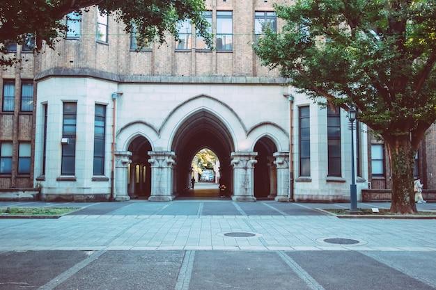 Portas de arco na universidade de tóquio, japão