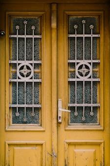 Portas de madeira antigas com barras de metal originais nas janelas