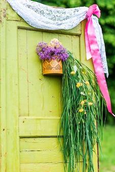 Portas de madeira decoradas com flores