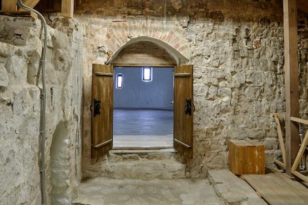 Portas de madeira em um antigo castelo de pedra branca. rússia