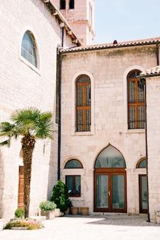 Portas e janelas de vidro no mosteiro de são francisco em sibenik contra a cena do céu azul