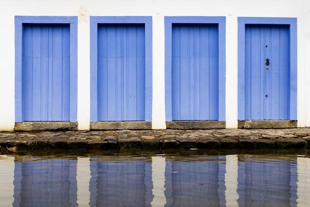 Portas e janelas no centro de paraty, rio de janeiro, brasil. paraty é um município colonial português e imperial brasileiro preservado.