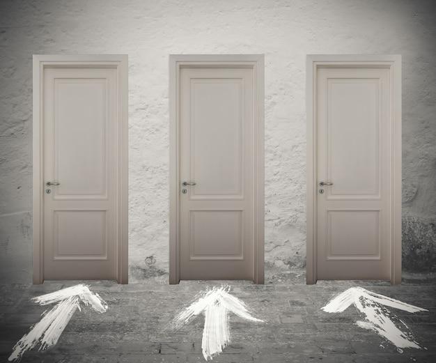 Portas fechadas marcadas por setas brancas no chão