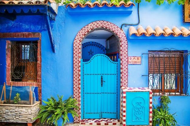 Portas orientais tradicionais com ornamentos em marrocos