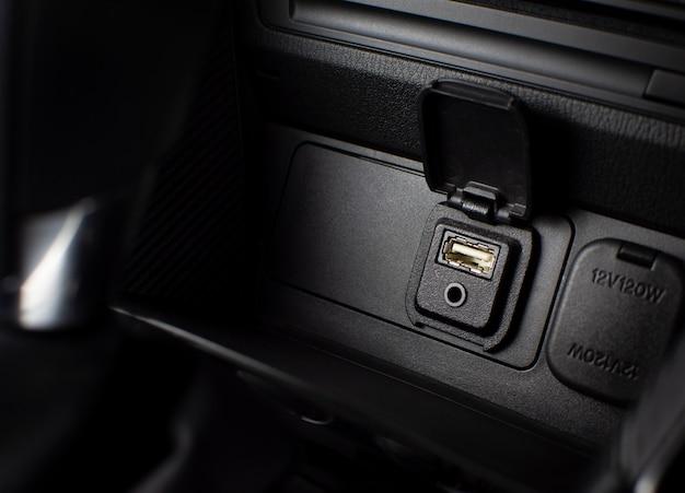Portas usb e auxiliar para conectar players multimídia em carros de luxo.