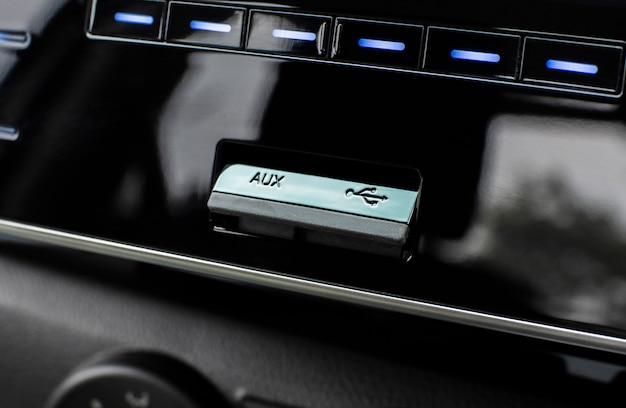 Portas usb e auxiliares para conectar players multimídia em carros de luxo.