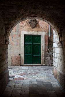 Portas verdes de madeira antigas em montenegro em kotor