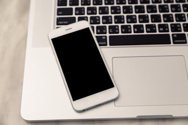 Portátil com um móvel sobre