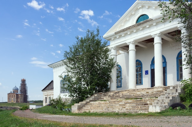 Pórtico com pilares de uma casa antiga foto tirada na rússia, na região de orenburg, na vila de tugustemir casa da cultura ex-proprietário de terras mansão