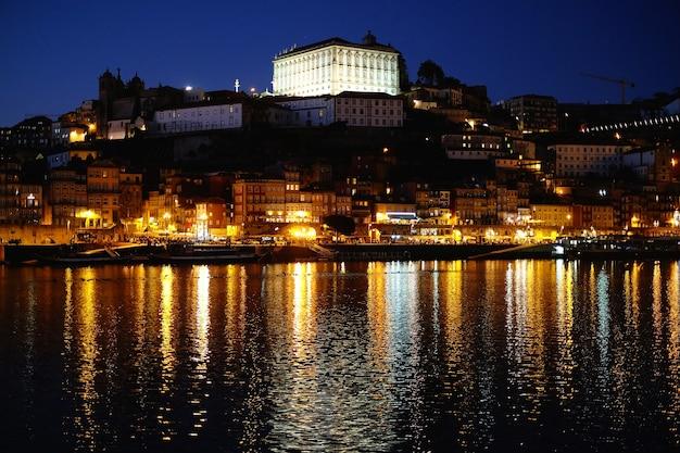 Porto, cidade velha de portugal no rio douro à noite