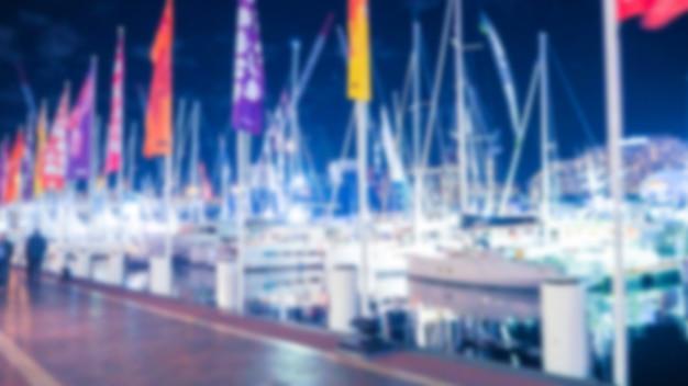 Porto com barcos fora de foco com bandeiras