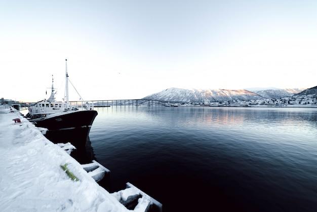 Porto com barcos somo em um fiorde na noruega