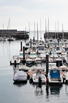 Porto da cidade de mutriku com barcos