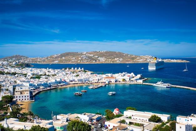 Porto da ilha de mykonos com barcos das ilhas cíclades da grécia