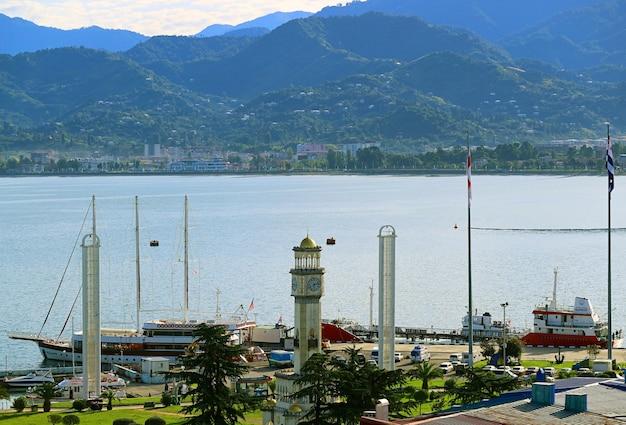 Porto de batumi com a torre do relógio chacha contra a costa do mar negro, batumi city, geórgia