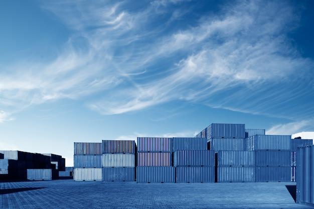 Porto de carga, imagens em tons azuis.