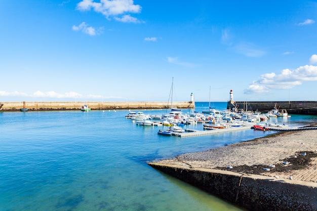 Porto de cidade le palais na ilha belle ile en mer, na frança, no morbihan