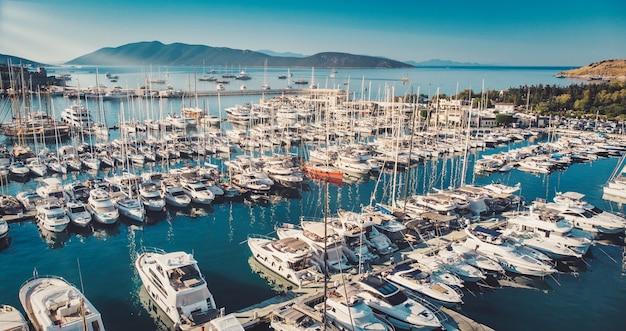 Porto de cruzeiros de bodrum, porto do mar egeu do sudoeste uma vista deslumbrante dos iates à vela no porto