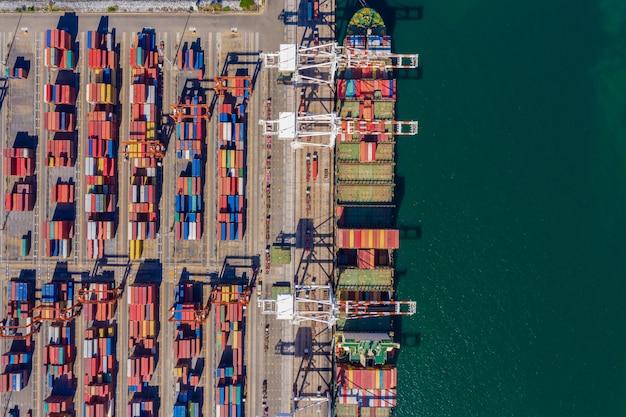 Porto de embarque e embarque de carga e descarga de contêineres de importação e exportação internacional mar aberto