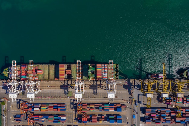 Porto de embarque e embarque e desembarque de contêineres de importação e exportação internacional mar aberto