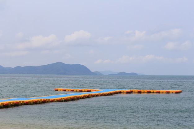 Porto de flutuação plástico no mar.
