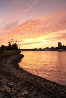 Porto de hamburgo por do sol na alemanha