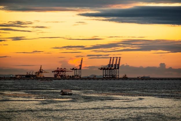 Porto de laem chabang da tailândia ao pôr do sol