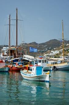 Porto de mykonos com barcos de pesca e iates e embarcações grécia