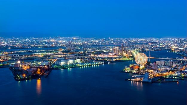 Porto de osaka, visão noturna da baía de osaka no crepúsculo, destino de viagem e lugar famoso na área de kansai, japão