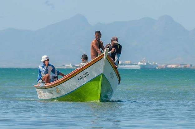 Porto ilha margarita homens barco de pescadores da baía