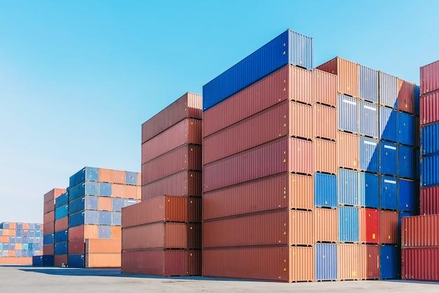 Porto industrial com caixa de recipientes para logística com céu azul claro