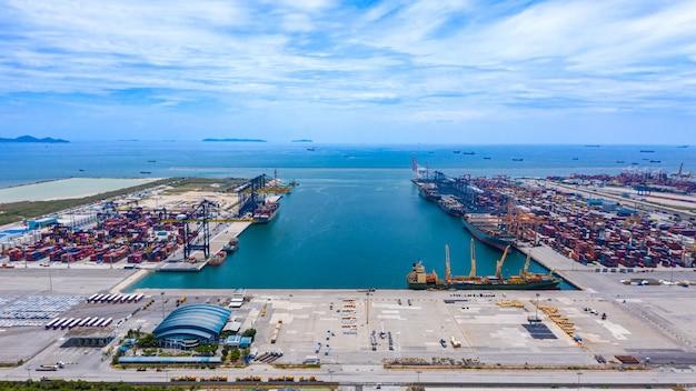 Porto logística transporte de carga importação e exportação internacional mar aberto