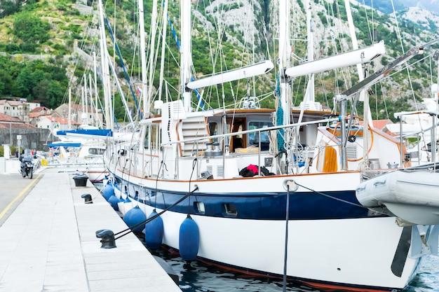 Porto marítimo com iates