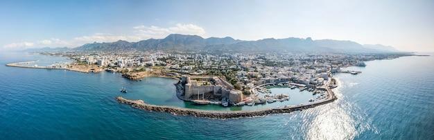 Porto marítimo e centro histórico de kyrenia (girne) é uma cidade ao norte