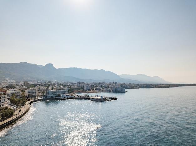Porto marítimo e centro histórico de kyrenia (girne) é uma cidade na costa norte de chipre. 2020