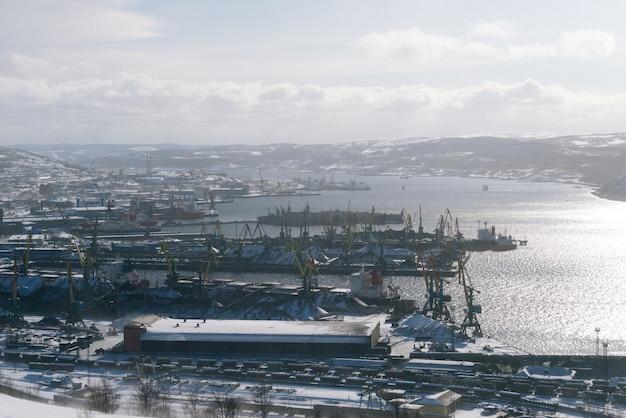 Porto marítimo, muitos navios de carga, água ao sol