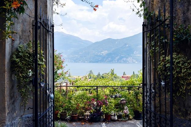 Portões abertos com vista para o lago como