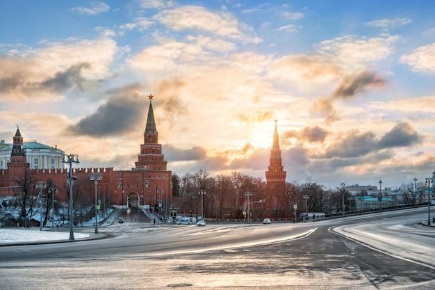 Portões borovitskiye do kremlin de moscou