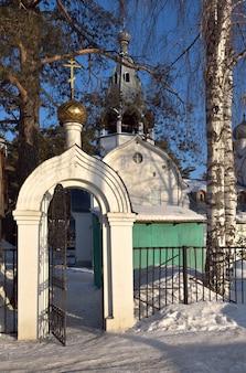 Portões da igreja ortodoxa em novosibirsk igreja de são nicolau em yeltsovka inferior