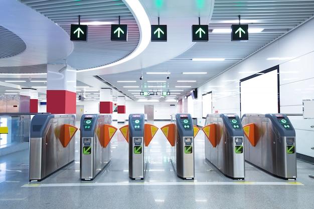 Portões de acesso para pedestres da estação de metrô