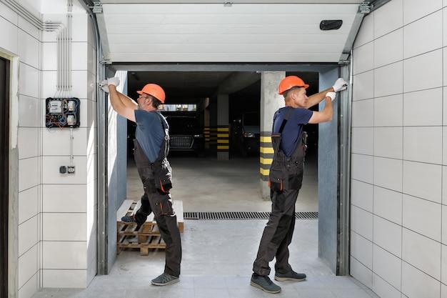 Portões de elevação da garagem.