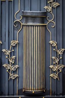 Portões de ferro forjado, forjamento ornamental, close-up de elementos forjados.