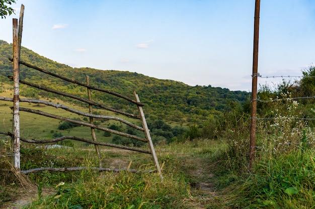Portões de varas de madeira nas montanhas