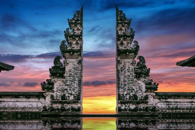 Portões do templo no templo lempuyang luhur em bali, indonésia